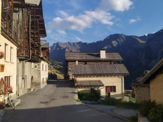 CROSS-BORDER<br/>Trekking beyond the Col Agnel<br/>Straddling France and Italy